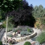 Gartenbeet mit Natursteinen