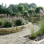 Gartenbeete mit Natursteinen