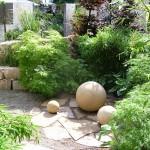 Garten mit Natursteinen